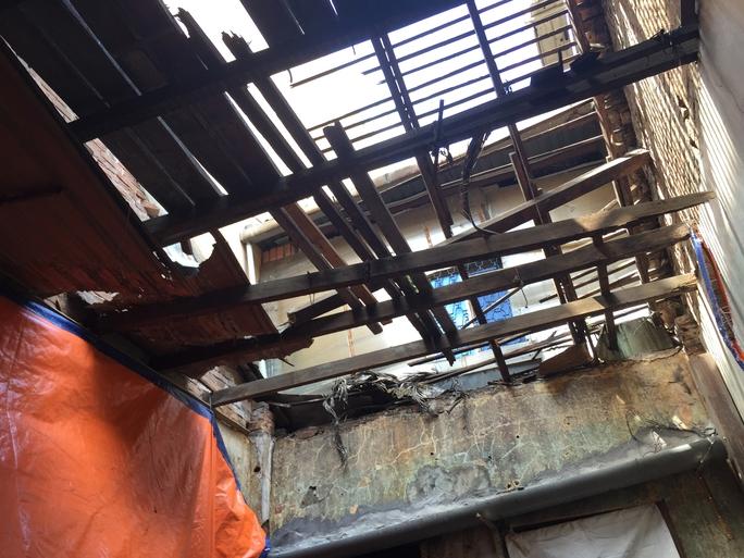 Mái ngói của một căn nhà nằm trong dãy nhà cổ do hãng nước mắm Liên Thành xây dựng thời Pháp vừa sụp đổ.