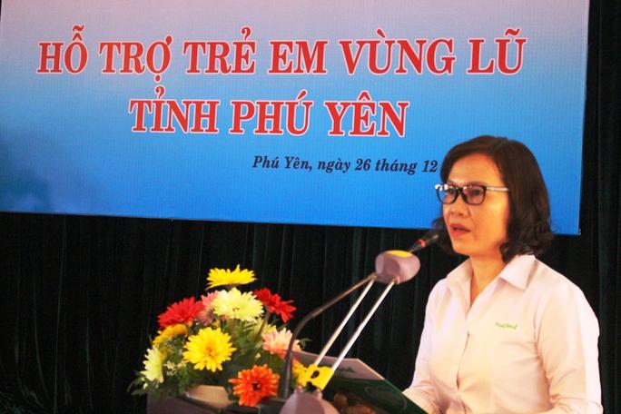 Bà Trần Thị Minh Nguyệt, Phó chủ tịch HĐQT NutiFood chia sẻ với sự thiếu thốn của trẻ em vùng lũ