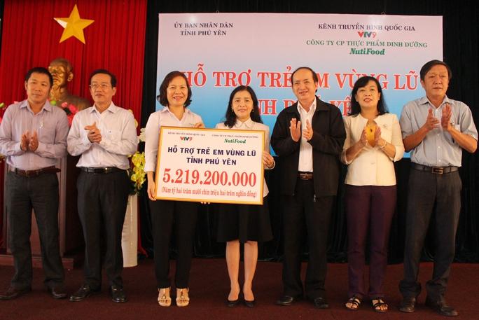 Nutifood hỗ trợ trên 5,2 tỷ đồng tiền sữa hỗ trợ dinh dưỡng cho trẻ em vùng lũ Phú Yên