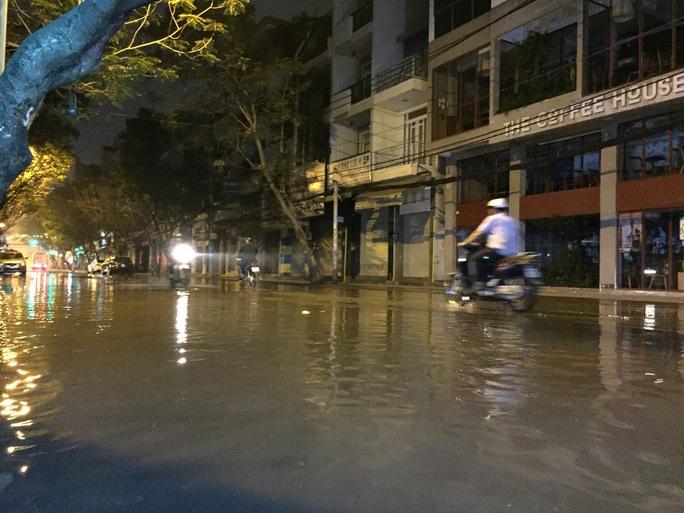 Đường Lê Thị Hồng Gấm (quận 1) lúc 2 giờ ngày 15-11. Nhiều xe đi lên lề đường để tránh chết máy.