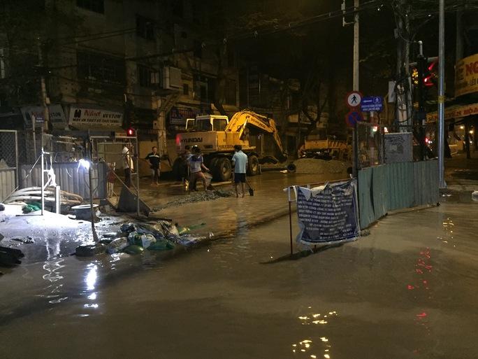 Một số công trình tại quận 1 bị ảnh hưởng do thủy triều.