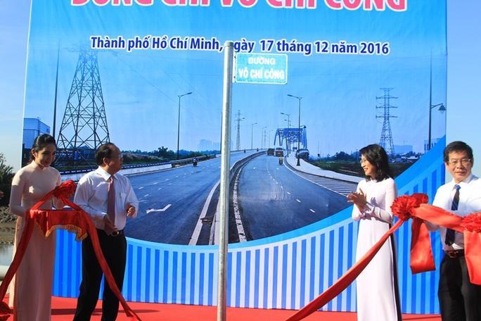 Lãnh đạo TP thực hiện nghi thức gắn bảng tên đường Võ Chí Công