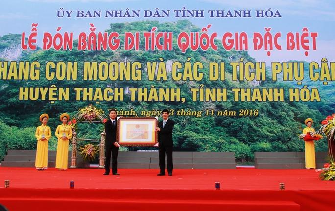 Ông Nguyễn Đình Xứng, Chủ tịch UBND tỉnh Thanh Hóa (bìa phải) đón bằng Di tích quốc gia đặc biệt hang Con Moong