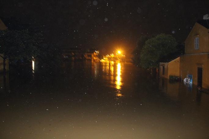 Khắp nơi bị nước lũ bao vây