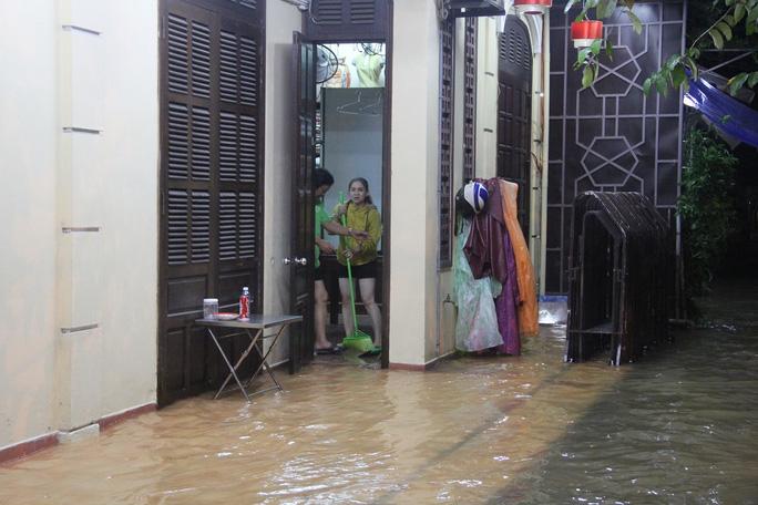 Nước lênh láng ở nhà dân