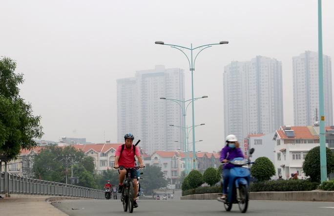 Sáng nay (10-12) thời tiết tại TP HCM mát mẻ, sương mù bao khắp nơi khiến nhiều người cảm giác dễ chịu