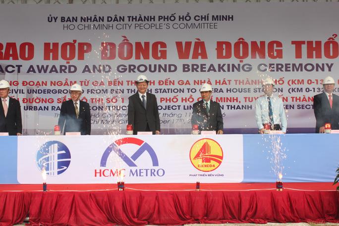 Phó Chủ tịch UBND TP Lê Văn Khoa và chủ đầu tư động thổ gói thầu 1a vào sáng 17-11