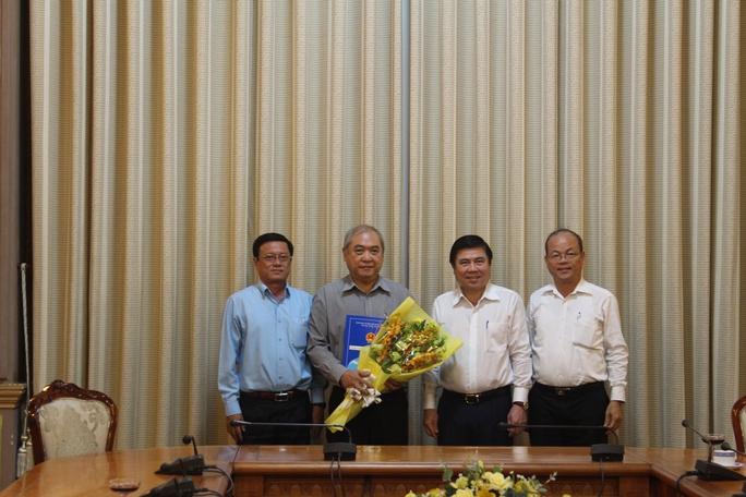 Ông Phạm Văn Hải (thứ 2 từ trái sang) được nghỉ hưu để hưởng chế độ BHXH từ ngày 1-12-2016.