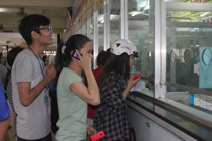Đông đảo người dân đến bến xe Miền Đông mua vé tết Đinh Dậu vào sáng 17-12.