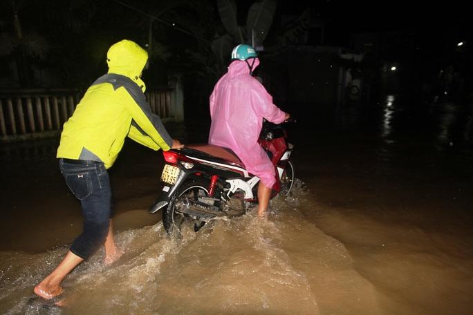 Người dân giúp nhau trong mưa lũ
