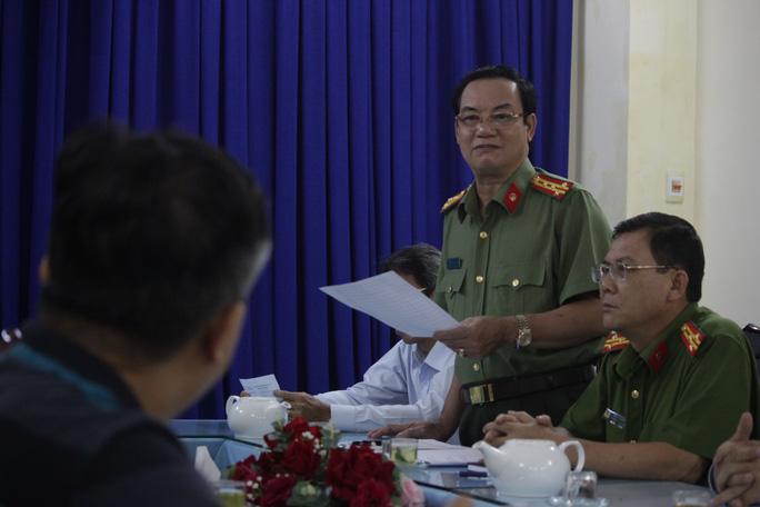 Đại tá Lê Anh Tuấn tại buổi làm việc với báo chí.