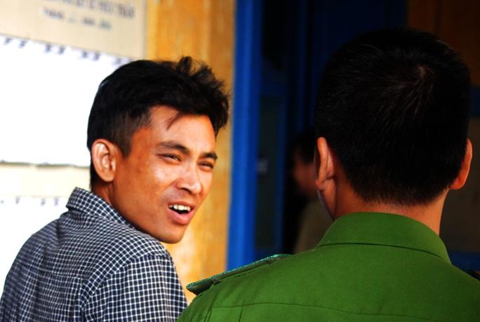 Bị cáo Dương Ngọc Đạt được áp giải sau phiên toà.