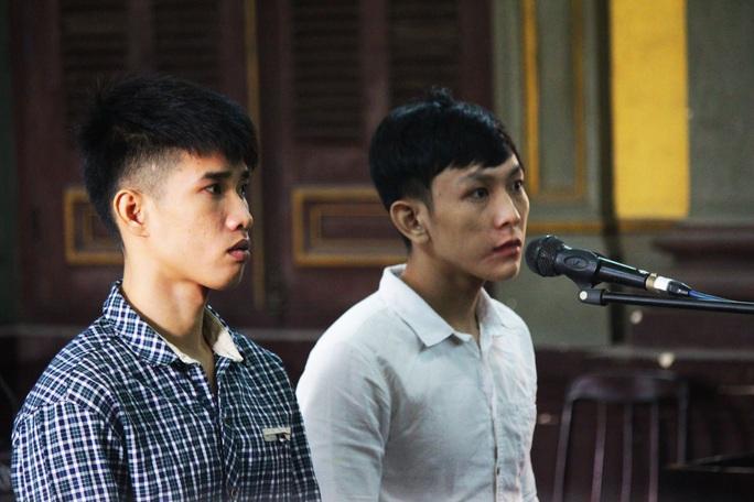 Hai bị cáo Nguyễn Thành Đạt và Nguyễn Trung Hiếu tại tòa.