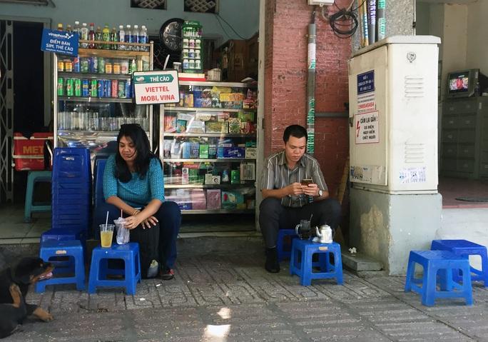 Khách uống cà phê vô tư ngồi cạnh bốt điện trên đường Trương Định