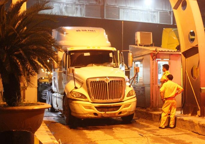Chiếc xe đầu kéo bỏ chạy đến trạm thu phí xa lộ Hà Nội mới dừng lại do bị người dân truy đuổi