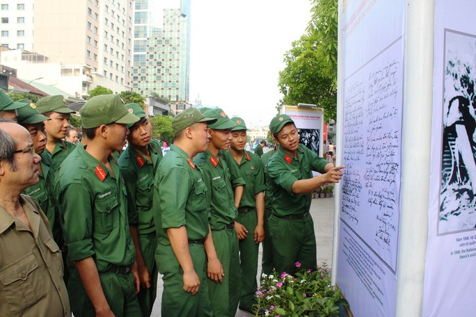 Triển lãm ảnh trên phố đi bộ Nguyễn Huệ (TP HCM) Ảnh: TRƯỜNG HOÀNG