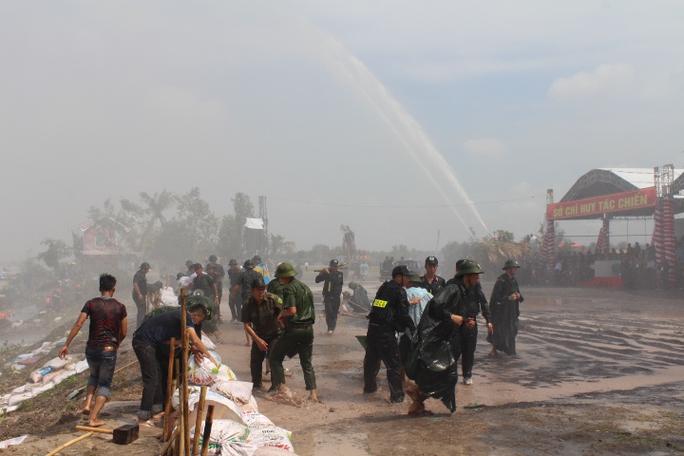 Mưa bão, gió giật trên cấp 12, lực lượng cứu hộ cứu người mắc kẹt, giúp dân di dời tài sản, đắp đê chống lụt, bắt những kẻ lợi dụng tình hình để trộm cắp
