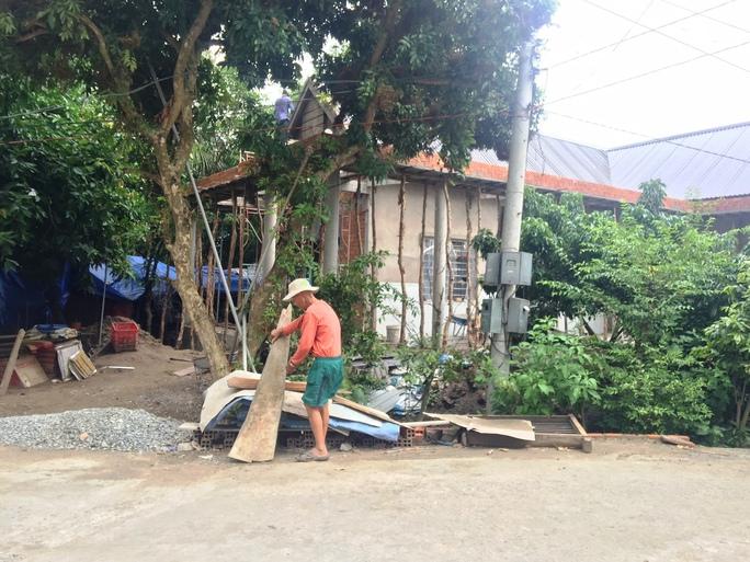 Nhà của cha ông Sơn đang xây dựng vào tháng 7-2016 sau khi nhận suất hỗ trợ không qua xét duyệt cấp cơ sở
