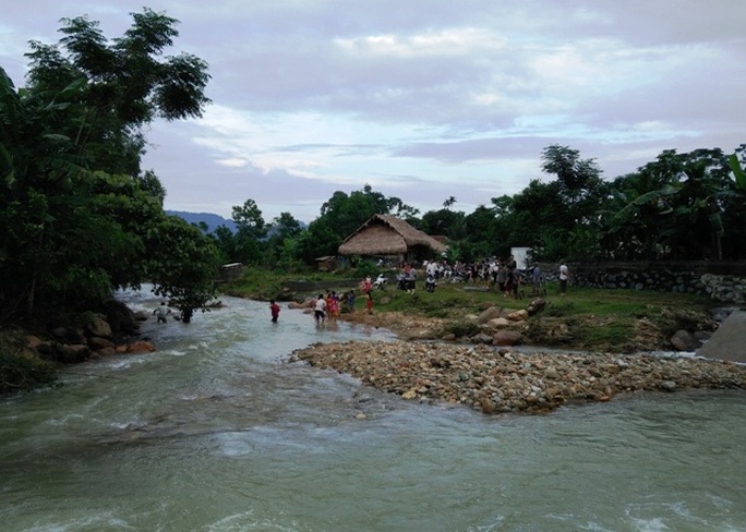 Đường từ trung tâm xã Thanh Quân vào bản Chiềng Cà 2 phải đi qua một con suối nước lớn, rất hung dữ