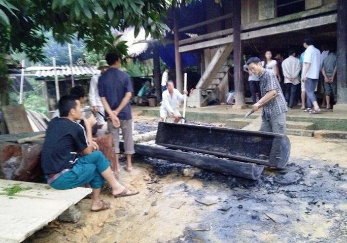 Gia đình ông Lương Văn Loan đang chuẩn bị quan tài để lo cho vợ và người con trai xấu số