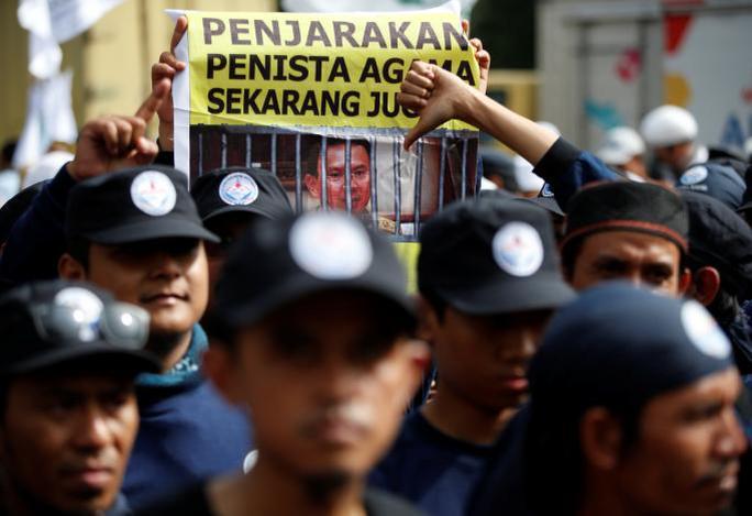 Khoảng 100 người biểu tình bên ngoài tòa án. Ảnh: REUTERS