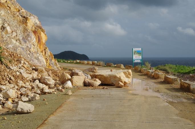 Những mảng đá lớn rơi xuống con đường vòng quang đảo Nam Du