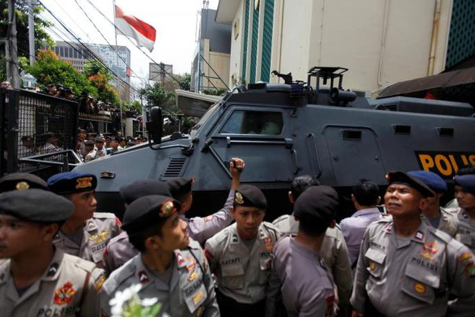 Chiếc xe bọc thép được cho là chở ông Purnama rời tòa án sau phiên xử đầu tiên hôm 13-12. Ảnh: Reuters