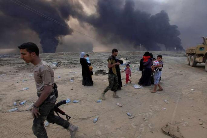 Người dân chạy khỏi TP Mosul đến thị trấn Qayyarah. Ảnh: REUTERS