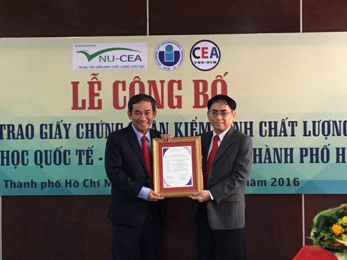 PGS-TS Hồ Thanh Phong (trái), Hiệu trưởng Trường ĐH Quốc tế, nhận giấy chứng nhận kiểm định chất lượng giáo dục