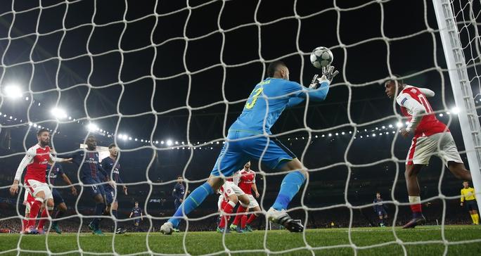 Cú đánh đầu phản lưới nhà của Iwobi (phải) khiến Arsenal có nguy cơ gặp bất lợi khi bốc thăm vòng 1/8Ảnh: REUTERS