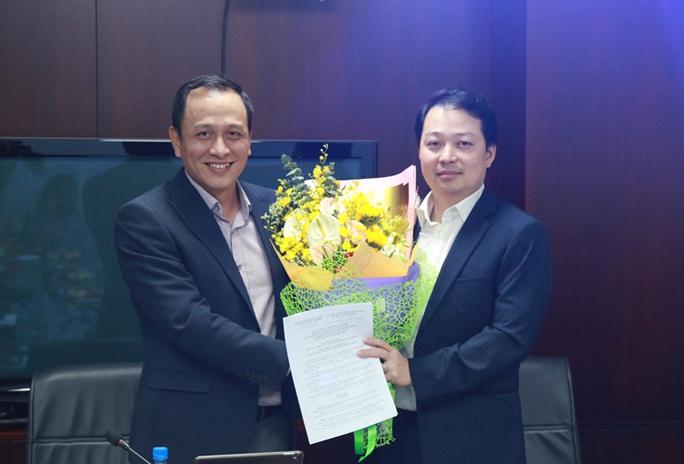 Ông Lê Hồng Hà - tân Chủ tịch HĐQT Jetstar Pacific trao quyết định bổ nhiệm tân Tổng Giám đốc cho Ông Nguyễn Quốc Phương (bên phải)