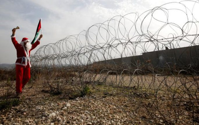 Một người Palestine phản đối tại biên giới Israel. Ảnh: Reuters