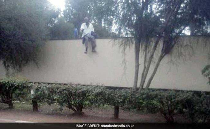 Một bệnh nhân leo tường trốn ra ngoài. Ảnh: Standardmedia.co.ke