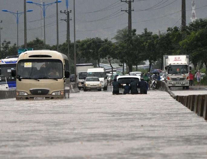 Đại lộ Nguyễn Tất Thành- đường huyết mạch từ TP Nha Trang đi sân bay Quốc tế Cam Ranh, có đoạn ngập sâu gần 1 m khiến nhiều xe chết máy, gây ách tắc giao thông kéo dài trong thời gian Công ty Thủy lợi Nam Khánh Hòa xả lũ