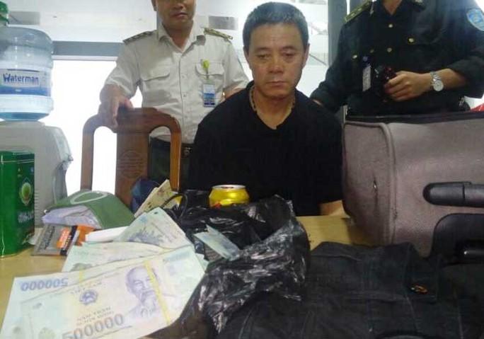 Ông Wang Qing Jian bị bắt giữ cùng số tiền 400 triệu đồng khi vừa xuống sân bay Đà Nẵng