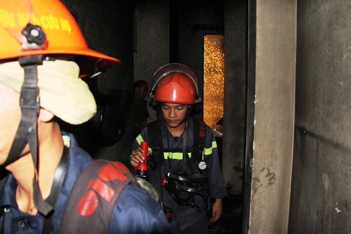 Các chiến sĩ chữa cháy kiểm tra bên trong hiện trường vụ cháy