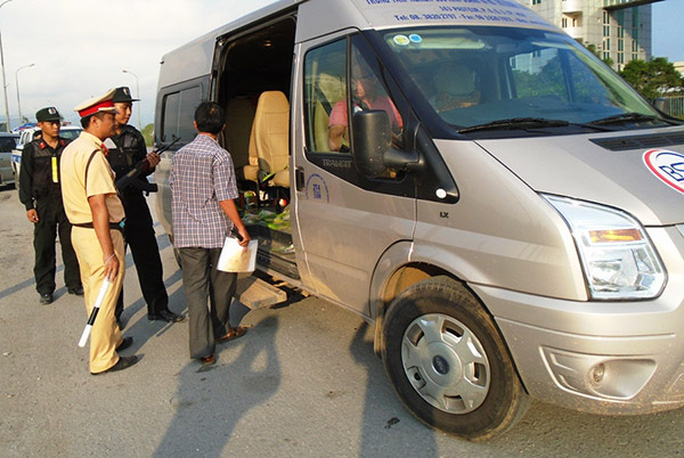 Lực lượng công an tiến hành kiểm tra một xe khách đi qua khu vực TP Uông Bí - Ảnh: CAND