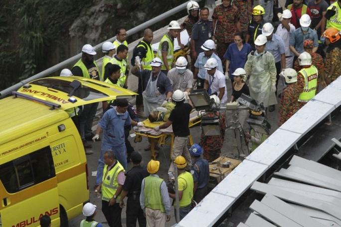 Công nhân bị thương được đưa đi cấp cứu. Ảnh: Malay Mail Online