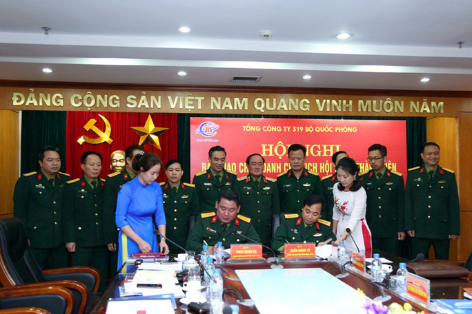 Ký biên bản bàn giao chức vụ Chủ tịch HĐTV Tổng công ty 319 giữa Đại tá Phùng Quang Hải (trái) và Đại tá Trần Đăng Tú