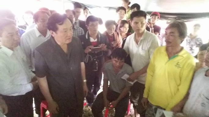 Ông Nguyễn Hòa Bình đến thăm và động viên những người gặp nạn