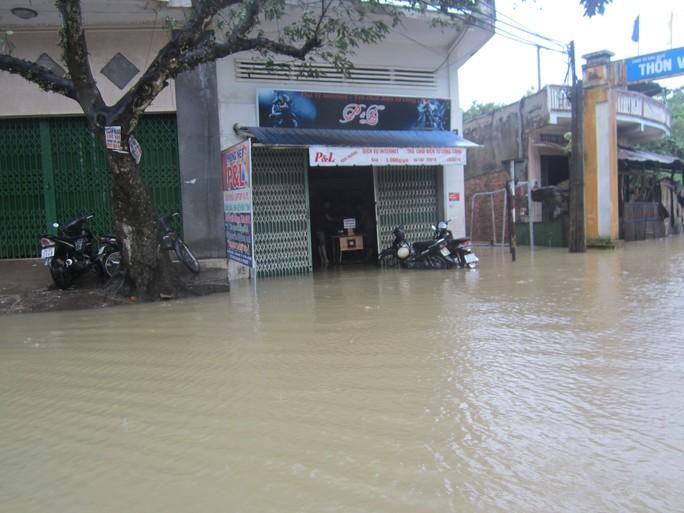 Nước lũ vẫn còn ngập nhiều vùng ở Phú Yên