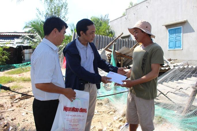 Báo Người Lao Động đến và chia sẻ với hoàn cảnh gia đình gà trống nuôi con của anh Huỳnh Tấn Mạnh khi giờ đây đến ngôi nhà cũng chẳng còn
