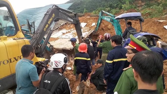 Lực lượng cứu hộ đang tìm cách cứu 2 mẹ con đang bị mắc kẹt