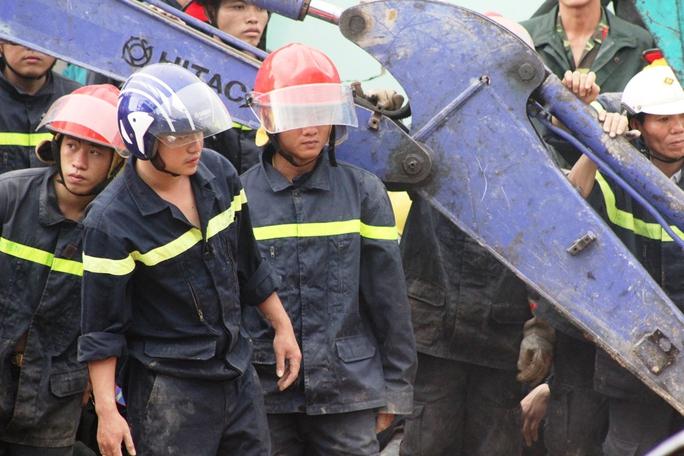 Những khuôn mặt lo lắng của lực lượng cứu nạn
