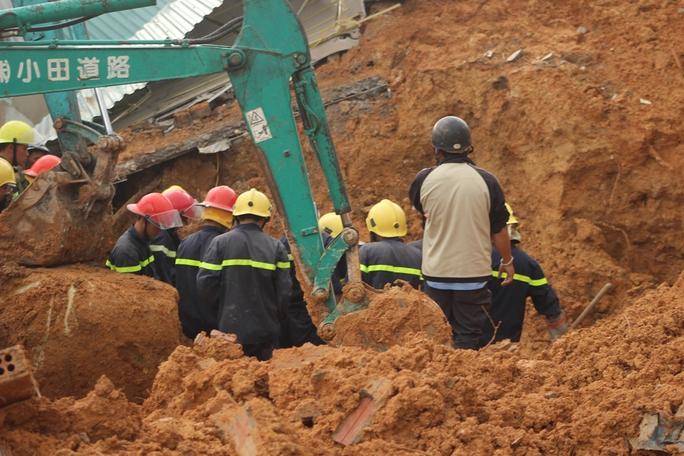 Lực lượng cứu hộ đang tìm cách cẩu những tảng đá lớn vùi lấp ngôi nhà nạn nhân bị mắc kẹt