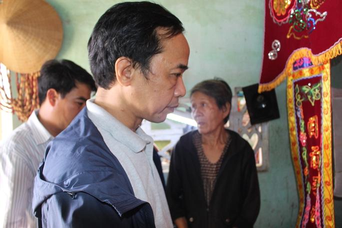 Ông Đỗ Danh Phương, Tổng Biên tập Báo Người Lao Động trước bàn thờ chị Trần Thị Vinh (xã An Dân, huyện Tuy An, Phú Yên)