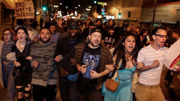 Nhiều người biểu tình phản đối ông Trump ở TP Los Angeles. Ảnh: Los Angeles Times