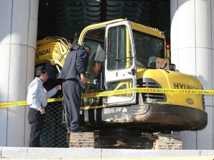 Người đàn ông họ Jeong lao xe cẩu vào tòa nhà chính phủ. Ảnh: EPA