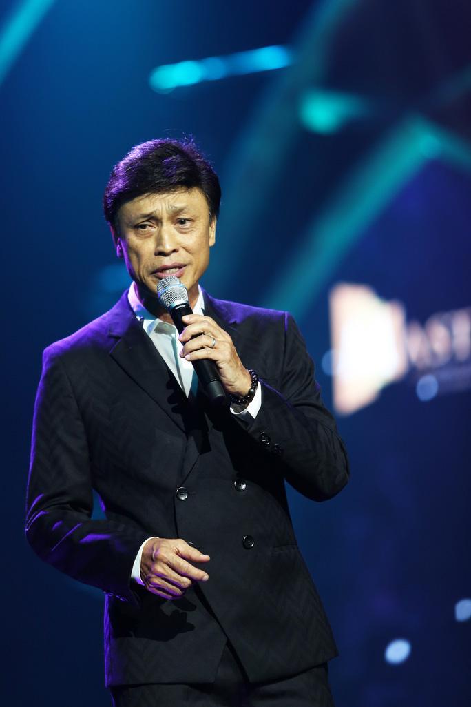 Ca sĩ Tuấn Ngọc vẫn chinh phục khán giả bằng chất giọng của mình dù ông đã lớn tuổi