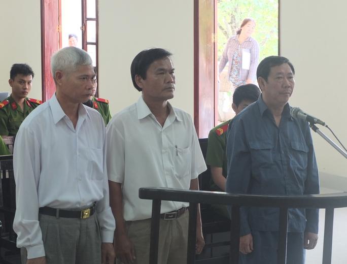 Ba bị cáo (từ phải sang) Bình, Nhặn và Sỹ trước tòa